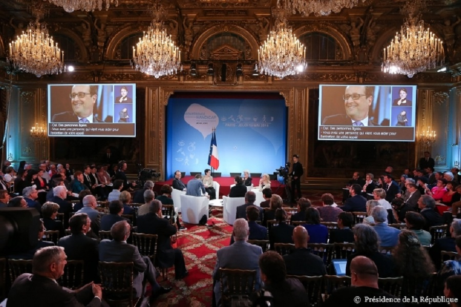 Conference nationale du handicap 2016 Francois hollande ecoutant des temoignages
