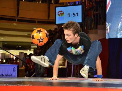 Gautier Fayolle, vice-champion du monde de Freestyle Football que l'on peu voir ici en train de dans s'exercer sur scène, sera présent pour faire une démonstration sur fond sonore de son talent. ©FFSA