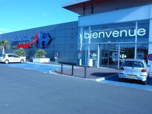 Facade dun centre commerciale carrefour en France