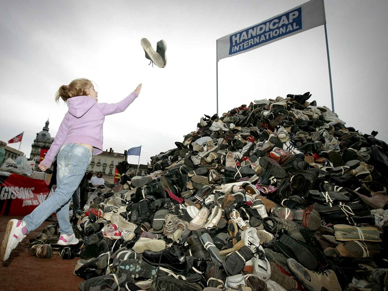 La pyramide de chaussures de ong handicap international