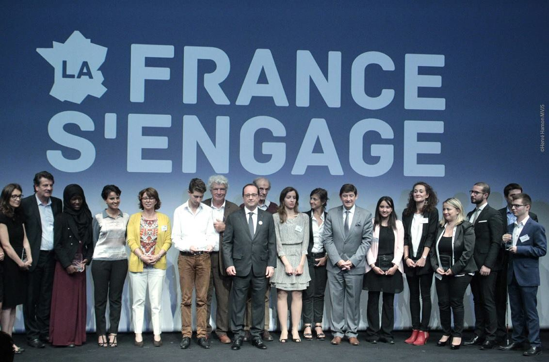 Les laureats de la France s engage entourant le chef de l_Etat