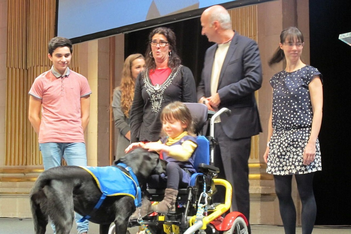 Remise de chien d assistance par l association HandiChien a Paris