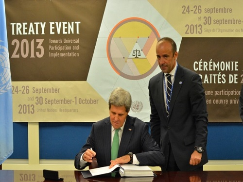 2013.09.26.John-Kerry signant l-accord pour les USA
